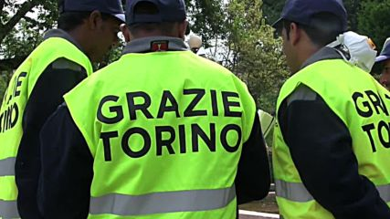 Italy: Refugees volunteer to clean up Turin 'to give something back'
