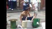 Един от най - добрите улични барабанисти