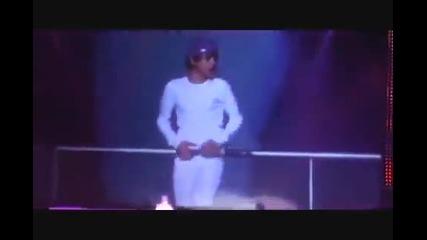 Панталоните на Джъстин Бийбър, падат докато пее!