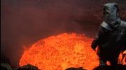 Човек се спуска до изгригващ вулкан!!!!