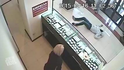 Мъж е нокаутиран с един удар при опит за обир в магазин