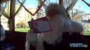 Коледен ретротрамвай зарадва децата в София
