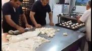 Майстори правят хлебчета със страхотна бързина