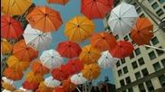 Стотици чадъри издигнати над Манхатън