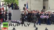 Кери и Оланд почитат жертвите от Втората световна война пред Триумфалната арка
