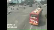 Камион пада върху моторист