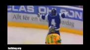 Хокейист излиза по време на мача от аварийния изход! :d