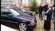 Свещеник освещава автомобил, но нещо се случва...