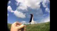 Аниматор прави анимации над истински предмети с помощта на маркер и стъкло.