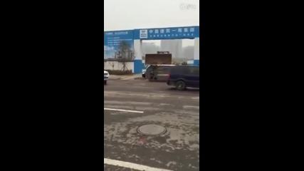 Ето как в Китай строителна фирма се справя, когато и паркират пред входа