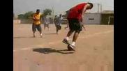 Момчета играят футбол и бреак !