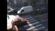Кола блъска пешеходци край Ректората в София