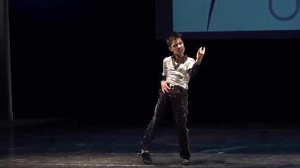 Вижте как танцува това дете. Невероятно е !