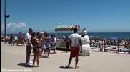 Снежен човек плаши мацките на плажа