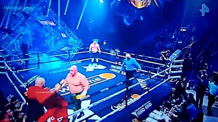 Новоселов нокаутира 190-килограмов Гигант