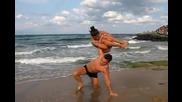 Пич вдига мацка с една ръка на плажа в Приморско