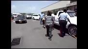 Как действат ченгетата в Африка /мъж с флекс преряза скоба пред погледа на полицията