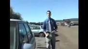 Журналист се опитва да разбие кола - много смях