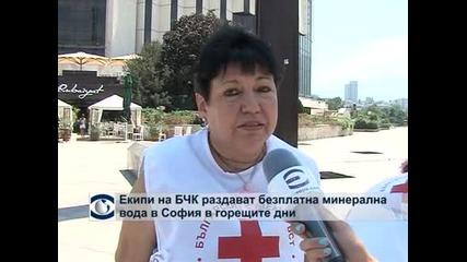 Екипи на БЧК раздават безплатна минерална вода в София в горещите дни