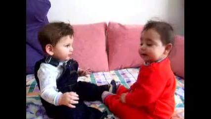 Две бебчета се карат