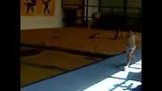 Акробат Скача На Пътека