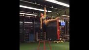 Готино момиче във фитнеса - от загрявката й може да се почувствате неловко