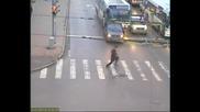 Внимавайте когато пресичате на пешеходна пътека