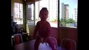 Изумително!бебе танцува Самба