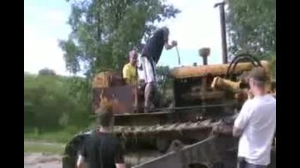 Опити на булдозер да изкачи хълм носъединителят се скъсва