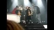 Joe Jonas пее с момче Gotta Find You Jonas Brothers 15.11.2009
