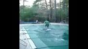 Дете тича по закрит басейн и ...