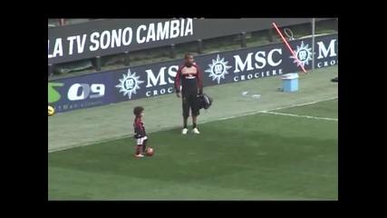 Робиньо играе футбол със сина си!