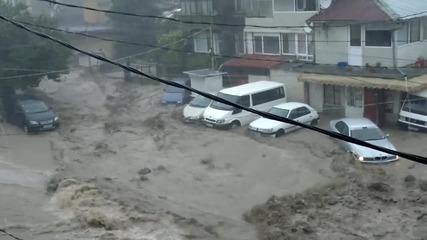 Потопът във Варна отнася кола!