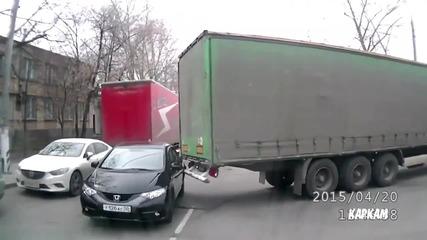Камион закача и влачи лек автомобил