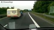 Трактор изпреварва автомобил, който се движи с 100 км/ч
