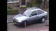 Жена се мъчи да паркира ! Смях !