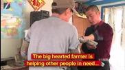 Мъж умело използва бионичните си ръце за всекидневна работа