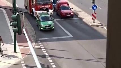 Ето как малоумен шофьор възпрепятства пожарен камион с включена сирена!