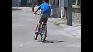 Гого кокошката кара колело