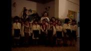 Деца Пеят В Детската Градина - Лудо Младо