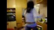 Момиче играе кючек ;дд