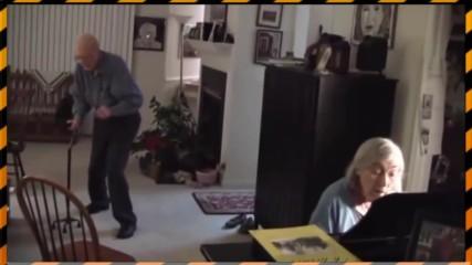 Възрастни хора слушат любимата си музика