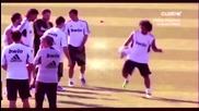 Марсело показва техника на Роналдо