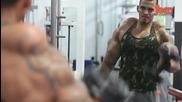 Фитнес маниак си инжектира масло и алкохол в бицепсите, за да са големи