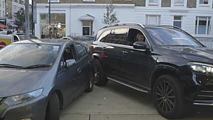 UK: Londoners waiting in long queues left frustrated by petrol shortage
