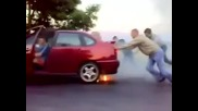 Егати лудия . . . вижте какво направи с колата