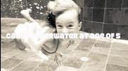 Момиче плува в басейн за милярди
