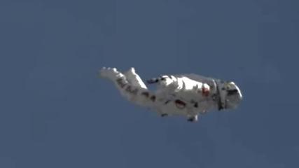 Феликс Баумгартнер,кадри от скока от ръба на космоса.