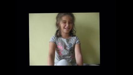 Сладко момиченце се смее на думата