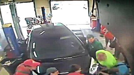 Жена в автосервиз изпраща монтьора на сервиз